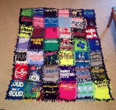Tied blanket with all of my old t-shirts! - I Arted Shirt - Ideas of I Arted Shirt - Tied blanket with all of my old t-shirts! Cut Up Shirts, Cheer Shirts, Old T Shirts, Party Shirts, T Shirt Yarn, T Shirt Diy, T Shirt Blanket, Sewing Crafts, Sewing Projects