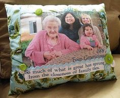 Make a photo for grand-kids to sleep on with a photo of you with them.or a phot of all of the Grand kids for me to sleep on!How nice that would be! Photo Pillows, Diy Pillows, Cushions, Easy Diy Gifts, Handmade Gifts, Sewing Crafts, Sewing Projects, Sewing Tips, Diy Projects