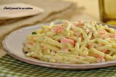 TROFIE CREMOSE AL SALMONE: RICETTA VELOCE Gnocchi Recipes, Pasta Recipes, Italian Pasta, Linguine, Pasta Salad, Italian Recipes, Love Food, Potato Salad, Macaroni And Cheese