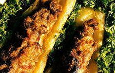 Pekoni ja jauheliha tekevät kesäkurpitsoista ruokaisat. Cheesesteak, Scones, Ale, Bacon, Chicken, Meat, Ethnic Recipes, Food, Squash