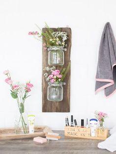 DIY-Anleitung: Hängeregal für Kosmetika aus alten Brettern bauen / diy furniture for the bathroom: upcycle a palette as a wall rack via DaWanda.com