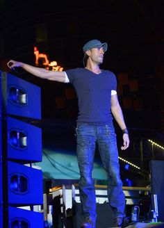 Enrique Iglesias Photos - Enrique Iglesias Performs in Las Vegas - Zimbio