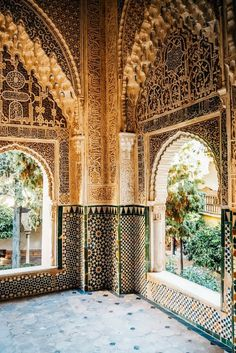 Alhambra Granada Spain - one of the most beautiful places I have seen. Click through for more photos and travel guide #alhamba #beautifuldestinations #spain
