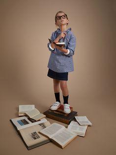 Clin d'oeil à l'uniforme scolaire avec son tissu chambray. Un tablier revisité avec charme et poésie grâce son grand col volanté. Un prénom à broder ? Notre service de couture peut le réaliser. 100% coton.