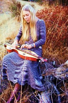 Joni Mitchell, vackra färger i kläder och natur.