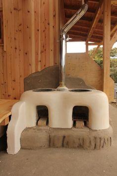 『慈慈の邸』(ji ji no ie)おくどさん Diy Outdoor Kitchen, Outdoor Oven, Kitchen Decor, Earth Bag Homes, Village House Design, Fire Cooking, Rocket Stoves, Garden Landscape Design, Japanese House