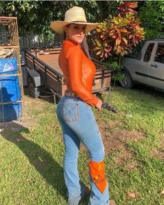 Image may contain: one or more people, people standing, hat, shoes and outdoor Sexy Cowgirl, Foto Cowgirl, Cute Cowgirl Outfits, Estilo Cowgirl, Rodeo Outfits, Real Country Girls, Country Women, Vaquera Sexy, Looks Country