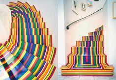 Dois modelos de escada recebem as intervenções do artista escocês Jim Lambie.