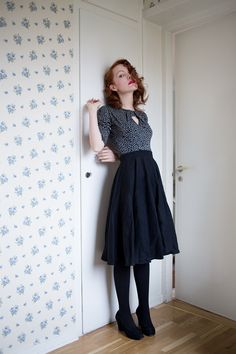Midi circle skirt and heels More —- i love tights it's way too hot where I live to need them but they look SO GOOD Circle Skirt Outfits, Dress Outfits, Dress Up, Jumper Dress, Circle Skirts, Vintage Skirt, Vintage Dresses, Vintage Outfits, Mode Outfits
