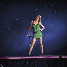 Taylor Swift - 1989 World Tour - Shake it Off - 12 December 2015