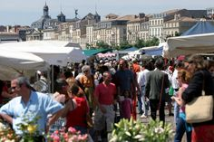 Chaque dimanche, les quais des Chartrons de Bordeaux accueillent un des plus grands marchés alimentaires de la ville. De 7h jusqu'à 13h (voire souvent un peu plus), plusieurs dizaines de marchands proposent des spécialités bordelaises, des fruits et légumes, charcuteries, pâtisseries, crêpes, crevettes, fromages et huîtres ... à déguster sur les bords de Garonne.