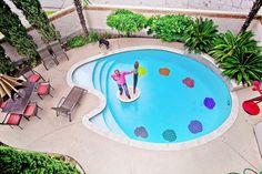 Separamos 06 piscinas com formatos curiosos para provar que a criatividade não tem limites e animar seu final de semana