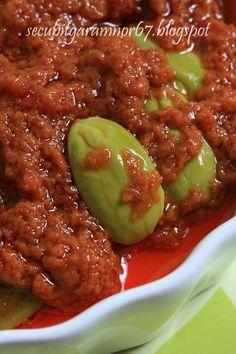 This sambal is actually mum's version. You can replace the french onion (bawang bakung) with bombay onion (bawang merah besar) or shallots (bawang merah biasa). Can be prepared the day before you make your nasi lemak.