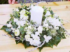Fertiger Blumenkranz mit Azaleen