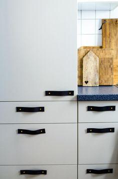 Ledergriffe an den bestehenden Einbauküche, einfaches DIY für die Küchenumgestaltung. hamburgvoninnen.de