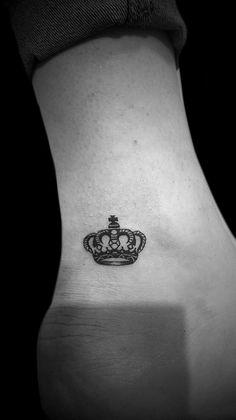 Tatuaż korona wykonany na kostce, w studiu TIME4TATTOO www.time4tattoo.pl #tatuazkorona #tatuaznakostce #drobnytatuaż #crowntattoo #ankletattoo #tinytattoo #ankletattoo #b&gtattoo