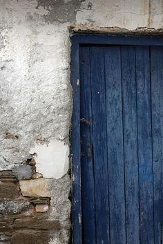 The indigo blue door is stunning Azul Indigo, Bleu Indigo, Mood Indigo, Love Blue, Blue Grey, Blue And White, Photocollage, Monochrom, Old Doors