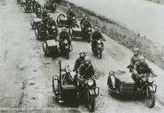 Een aantal van de motorrijders uit het Regiment Wielrijders. Arie's peloton 2RHM zou bij hen aansluiten #1940 #bombardementen #Alblasserwaard