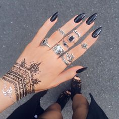 Gorgeous Hand Tattoos & Nail Style In 2020 Mandala Hand Tattoos, Henna Tattoo Hand, Henna Tattoo Designs, Paisley Tattoos, Designs Mehndi, Henna Mandala, Henna Art, Tattoo Ink, Stylish Nails