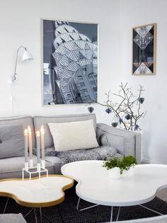MYKT HJØRNE: Flower-bordenes runde formerbryter pent med de rette linjene i huset.Lysestake fra By Lassen. På veggen hengeret utsnitt av Chrysler Building på Manhattan,kjøpt i New York. Sofaen er Altero, fra Ire.