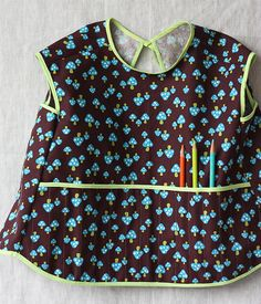 DIY art smock for toddlers. So cute! LOVE the pockets on front for pencils/paintbrushes/markers. Great idea!