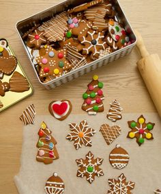 Pepperkaker pyntet med melis og godis Gingerbread Cookies, Xmas, Desserts, Food, Yule, Tailgate Desserts, Ginger Cookies, Navidad, Deserts
