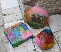 Taş Kaplama; Bu projemizde renkli krepon kağıtları ve UHU bastel kleber hobi tutkalı ile taşları kaplayarak dekoratif objelere dönüştüreceğiz, fotografşarımızı taşlara yapıştırarak çok, renkli çok değişik bir çalışma yapacağız.