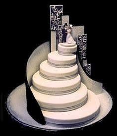 Black and white theme, and the construction of Wedding Cake like a stair, with happy couple in the top #weddingcakes