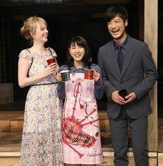 NHK連続テレビ小説バトンタッチセレモニーを行い笑顔を見せる(左から)シャーロット・ケイト・フォックス、土屋太鳳、玉山鉄二=スポニチ提供