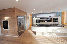 Weiße Küche modern. Petrolfarbene Wand mit indirekter Beleuchtung u. Tapete.
