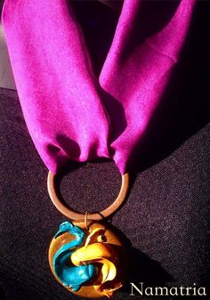 Lena é uma peça com muita personalidade, um colar para mudar qualquer produção. Seu pingente é de porcelana fria e o lenço de crepe de seda. Feita toda a mão e em edição limitada.  https://www.facebook.com/namatriaacessorios