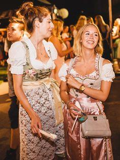 Julia und Nina feiern in Pastell-Dirndln im P1.