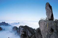 """Montanhas Huangshan (""""montanhas amarelas""""  em chinês), China. Quem sobe até a Ponte dos Imortais terá esta vista, de montanhas que parecem flutuar.  Fotografia: demalasprontasblog.wordpress.com."""
