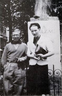 Jean-Paul Sartre et Simone de Beauvoir, Monument à Balzac,Boulevard Raspail, Paris, France. Estatue de AugusteRodin. Environ 1930. (Archives Gallimard)