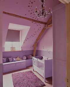 Roze meisjeskamer met schuin dak.