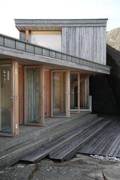 Bygde hytta over sprekken i landskapet - Aftenposten Modern Wooden House, Wooden House Design, Cabin Design, Scandinavian Architecture, Architecture Design, Architectural Digest, Danish House, Pergola, Nordic Home