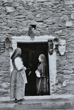 """""""Le donne sarde""""del fotografo italianoMario De Biasi """"Nel 1955 Mario De Biasi arriva per la prima volta in Sardegna. Col suo obiettivo indaga e cattura gli aspetti più curiosi e…"""