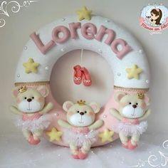 Ursinhas Bailarinas.  #guirlanda #maternidade #baby #babydecor #handmade #costurinhas #feltcute #feltro #felt #ursinha #bailarina #ballet #lorena #enfeitedeporta #meninas #forbaby Felt Diy, Felt Crafts, Felt Wreath, Felt Patterns, Decor Crafts, Crochet, Garland, Joy, Baby Shower