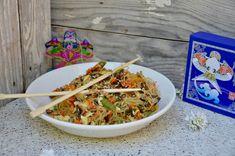 Un délicieux plat de nouilles aux légumes et aux oeufs ! Ingrédients pour 4 personnes 600 g de mélange de légumes asiatique 300 g de nouilles de riz ou de soja 1 gousse d'ail 1/4 cuill. à café de gingembre en poudre 2 oignons nouveaux 3 oeufs huile d'olive... Japchae, Ethnic Recipes, Food, World Cuisine, Garlic, Asian Vegetables, Chinese New Year, Essen, Meals