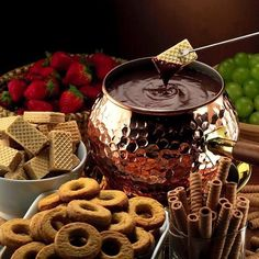 How to prepare the best chocolate fondue – date night Best Chocolate, Chocolate Fondue, Delicious Catering, Fondue Party, Brunch, Fondue Recipes, Chocolate Fountains, Recipe Images, Creative Food