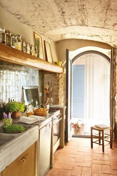 Tuscan design – Mediterranean Home Decor Country Modern Home, Country Kitchen Designs, Farmhouse Kitchen Decor, Country Living, Italian Country Decor, Country Homes, Vintage Farmhouse, Country Farmhouse, Small Rustic Kitchens