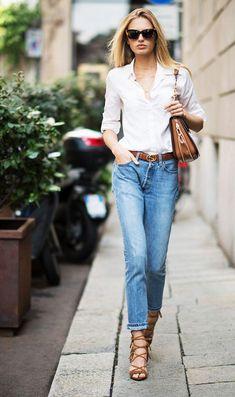 Street style: Romee Strijd. Camisa branca, calça jeans reta, cinto de logo caramelo, sandália caramelo lace up