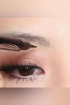 Waterproof Microblading Pen - ⭐⭐⭐⭐⭐ The unique applicator allows you to create a more hair-like, natural brow appearance. Obtain beautifully polished eyebrows using the selection of shades to find one that matches your hair color. Eyebrow Makeup, Eyeliner, Hair Makeup, Eyebrow Pencil, Eyebrow Shading, Makeup Eyeshadow, Makeup Inspo, Makeup Tips, Makeup Videos