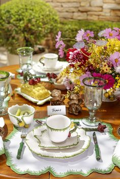 Como é bom começar bem o dia com uma mesa de café da manhã montada no jardim de casa entre flores, plantas e a luz do sol. Gostamos tanto desse ritual, que estamos sempre de olho em elementos para um cenário alegre e aconchegante. Essa foi a proposta da nossa mesa de hoje e para conseguirmos o clima gostoso típico das primeiras horas do dia, recorremos à uma louça surpreendente, a novíssima Coleção Bananeira, toda feita e pintada à mão pela Zanatta Casa para a loja Vestindo a Mesa.