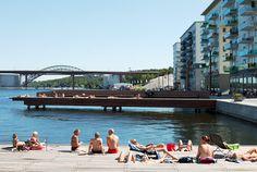 물위의 도시 스톡홀름. 도시 랜드스케이프는 열도의 집합체로 이루어 진다. Sjövikstorget광장은 이러한 도시환경을 투영하며 바다로 열린 퍼블릭 스페이스를 조성한다. 화강석 패턴 광장 및 커다란 두개의 잔디..