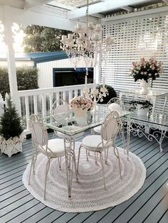 It may sound odd but shabby chic furniture is highly in demand these days. You must be thinking that how can something chic and elegant be shabby. Shabby Chic Patio, Muebles Shabby Chic, Shabby Chic Kitchen, Shabby Chic Homes, Shabby Chic Furniture, Shabby Chic Decor, Outdoor Rooms, Outdoor Living, Outdoor Furniture Sets