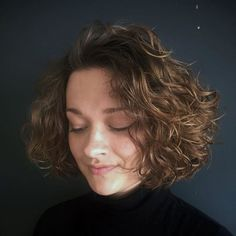 65 Different Versions of Curly Bob Hairstyle Scrunched Curly Bob For Fine Hair Bob Haircut Curly, Bob Hairstyles For Fine Hair, Short Curly Bob, Bob Haircuts, Trendy Hairstyles, Naturally Curly Hairstyles, Short Haircuts Curly Hair, Medium Curly Bob, Hairstyle Short