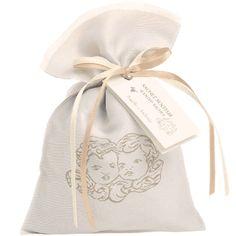Petit sachet en lin tissé de deux anges, contenant des pierres ponces parfumés du délicieux parfum de vanille patchouli. http://www.boutique-lothantique.com/sachet-senteur~reve-d-anges-amelie-et-melanie-produit-d956rz3qaghpi4jg1bxvkzm41.html