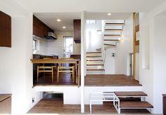 茶の間より台所・階段を見る
