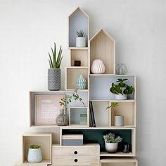 Las estanterías Bloomingville en forma de casa y de color menta, azul o madera de fondo son una gran idea para colocar macetas, libros, plantas...